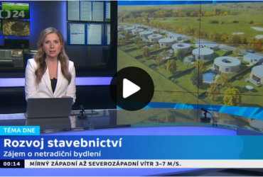 O projektu Develorie, golfových domech Kořenec, mluví v reportáži České televize jako o netradičním bydlení.